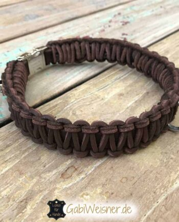 Hundehalsband mit Klickverschluss für mittelgroße Hunde. Das Lederhalsband ist 3 cm breit.