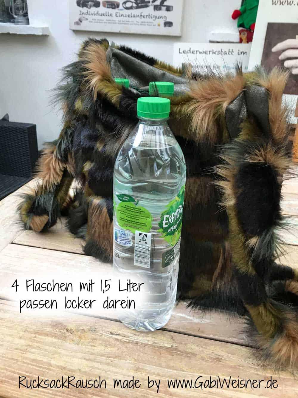 4 große 1,5 Liter Flaschen passen locker darein.