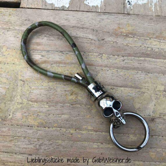 Schlüsselanhänger mit Totenkopf auf Camouflage