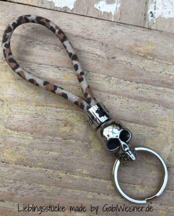 Schlüsselanhänger mit Totenkopf auf Leo print
