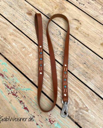 Hundeleine mit Handschlaufe. Rindsleder 2 cm breit in 3 Farben. Dekoriert mit türkisen Nieten und bestückt mit Karabiner aus Edelstahl. In verschiedenen Längen wählbar.