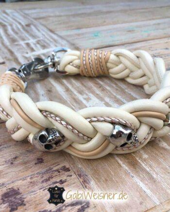 Hundehalsband Leder 5 cm breit geflochten. Dekoriert mit Totenköpfen