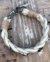 Hundehalsband-Leder-5-cm-breit-geflochten.-Das-Lederbandin-den-Farben-Elfenbein,-Beige,-und-Perlmutt-3