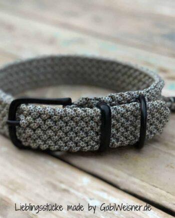 Hundehalsband Paracord in zart Grau 3 cm breit stufenlos verstellbar. Bestückt mit Beschlag aus Edelstahl in Silberfarben oder in Schwarz.