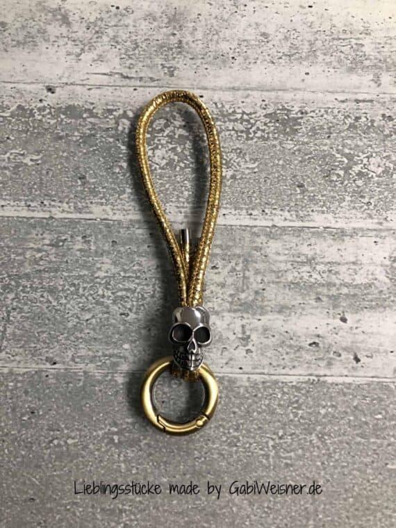 Schlüsselanhänger mit Totenkopf auf Leder in goldfarben